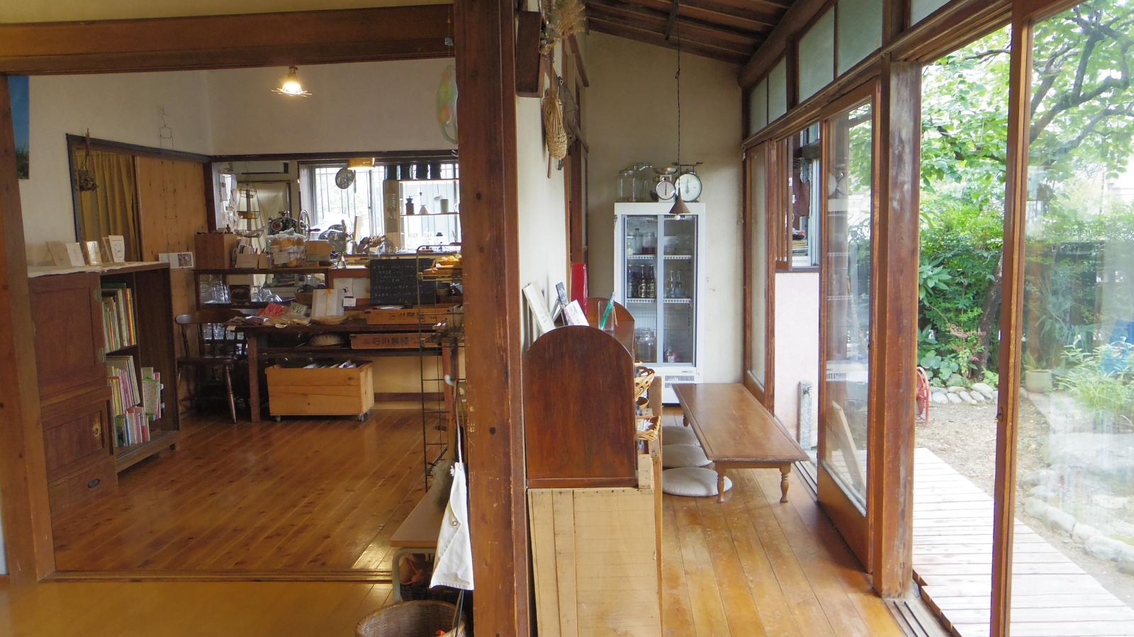 夏はかき氷がよく似合う、風通しの良い古民家のカフェスペースとテラス