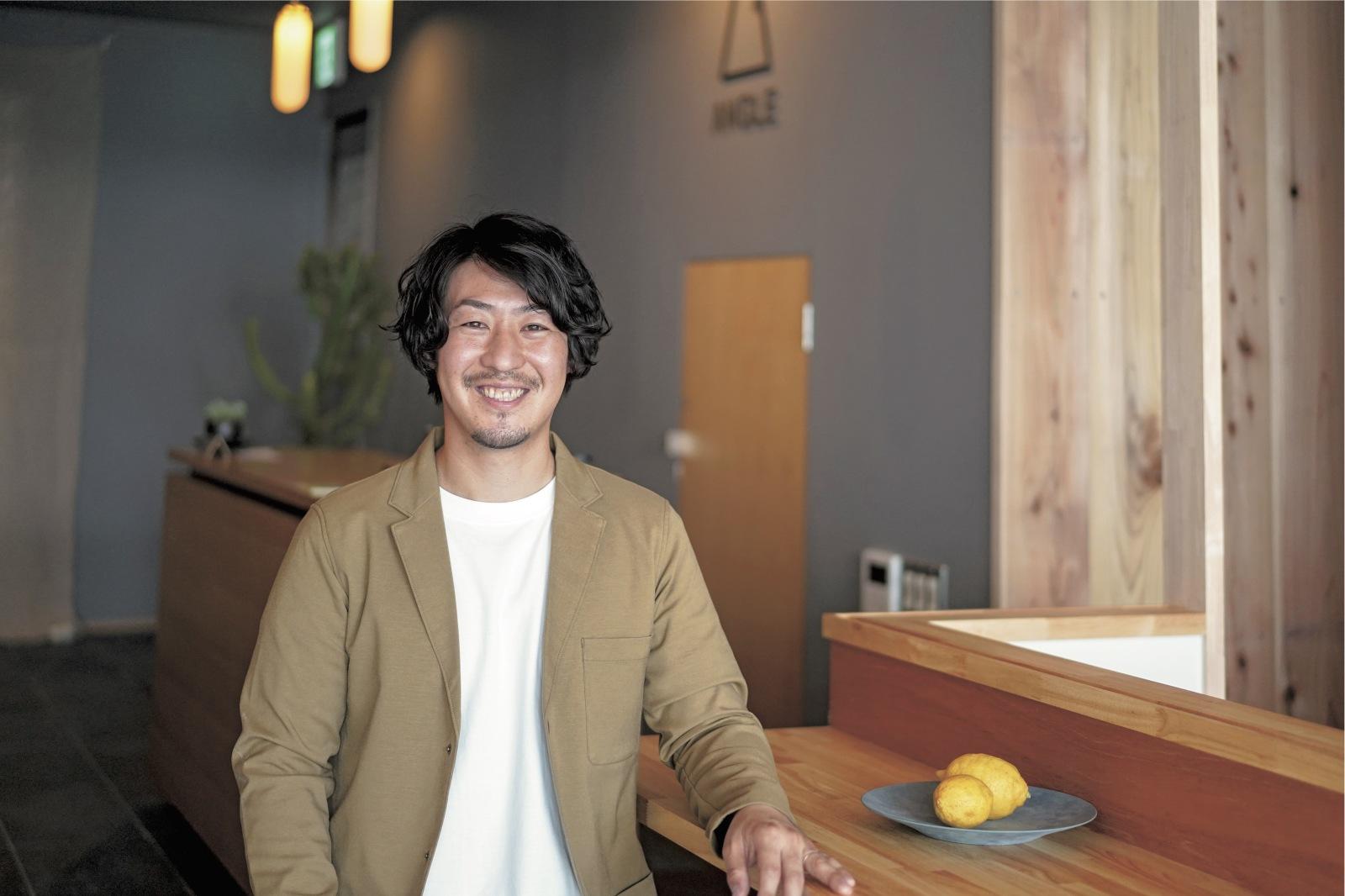 飯田圭さん/ 『Okazaki Micro Hotel ANGLE』オーナー。山梨県出身で地方銀行勤務の後、4年前に岡崎市へ移住。コワーキングスペース『Camping Office osoto』の立ち上げ・運営も担当。