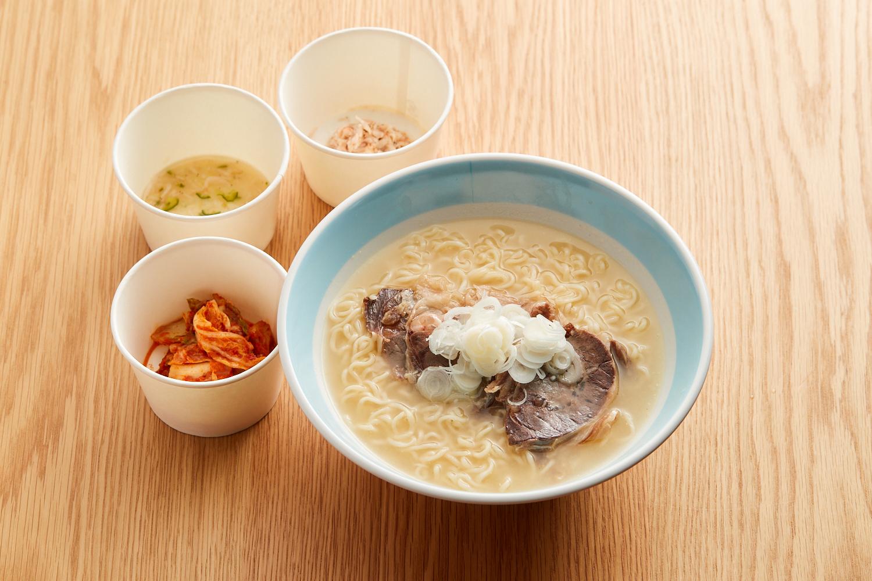京中式熟成但馬牛スネ肉のソルロンタン「ジャンのキムチとアミの塩辛添え」 1500円 (西岡シェフ)
