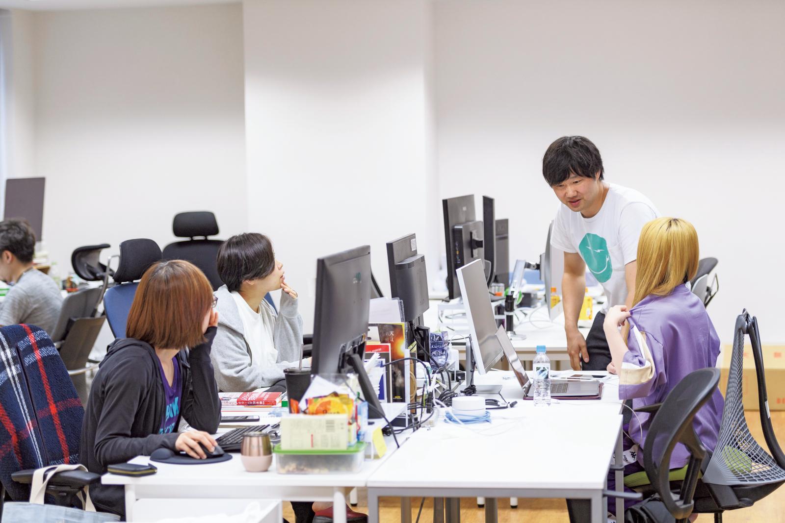 約1年前に引っ越したばかりの東京・渋谷区恵比寿のオフィスに立つ喜洋洋さん。世の中にはない新しいサービスを生み出すクリエイティブな空間。
