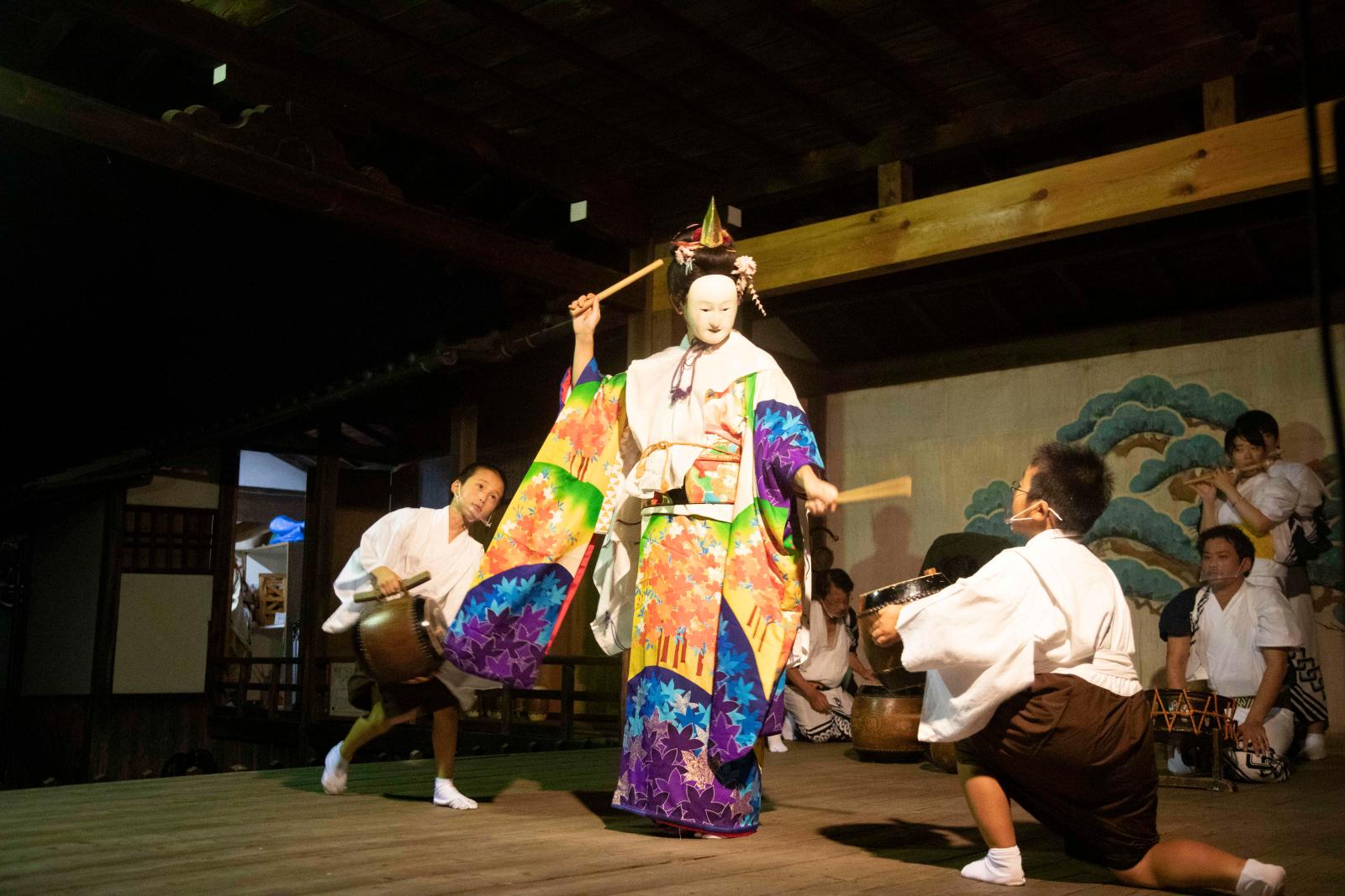 練習場所にもなった、御霊神社の能舞台での奉納。