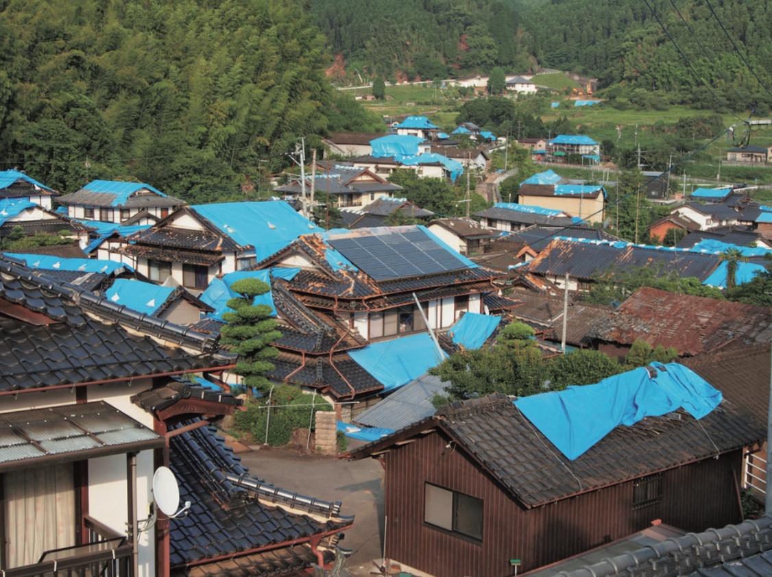 2016年4月に発生した熊本地震では、多くの家の屋根瓦が落ち、ブルーシートで覆われた。上空から見ると、被災地が青一色になったように見えたという。(写真提供:キロクマ)