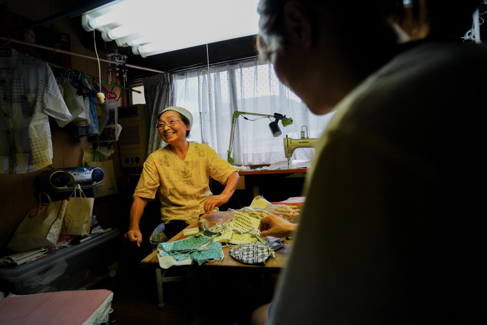まちなかでたまたま出会った、洋裁屋のかわいいおばあちゃん。手づくりのマスクをいただいた。