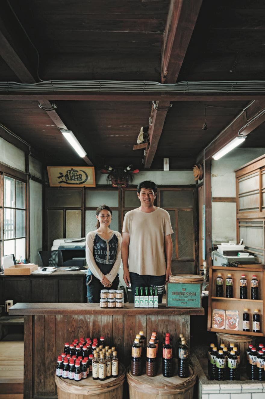 本スタートを切った蔵にて美保さんと賢治さん。新商品の構想も練っており、確実に前を向いていた。