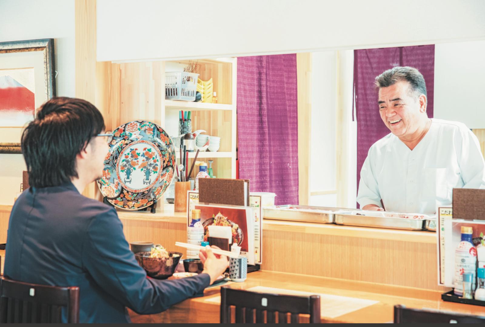 2017年に店を再建させた『志のや』の高橋さん(右)。浅野さんと談笑する。