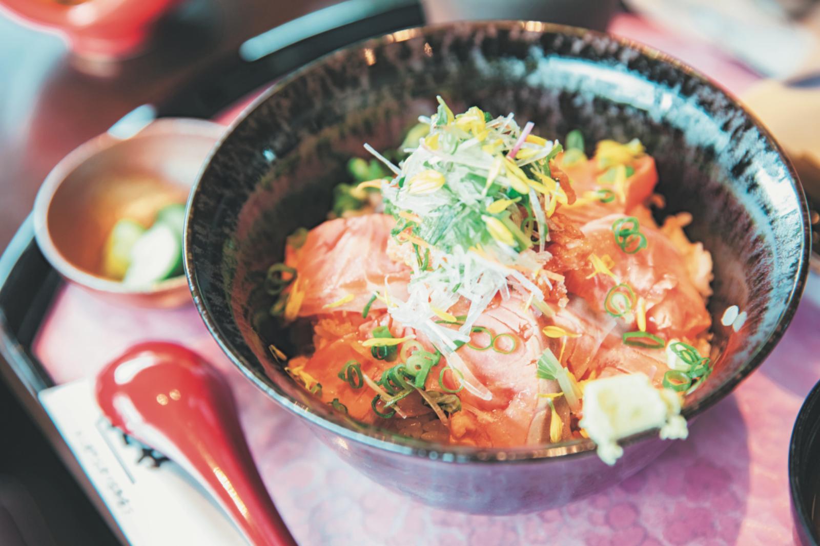 『志のや』の7月までの限定メニュー、銀鮭炙り丼。半分はそのまま、半分はつゆをかけて。うまい! 四季によって変わる「キラキラ丼」も人気。