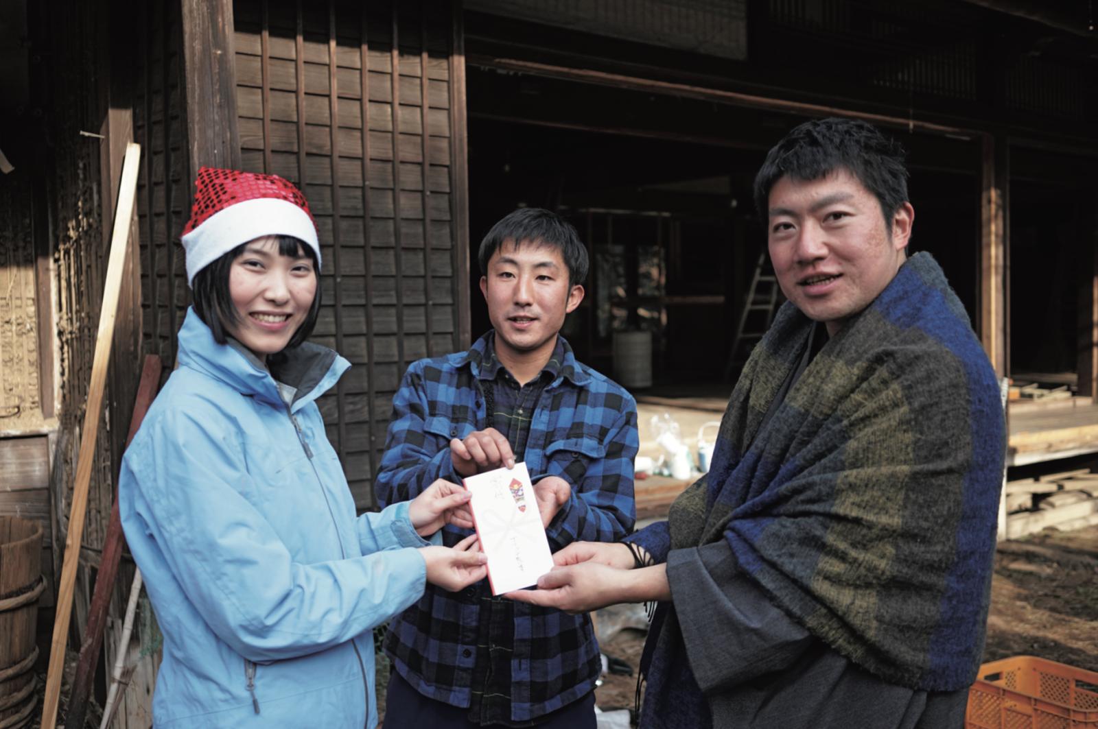バッグの収益による寄付先の第1号は、熊本県・西原村の被災地に花を植える「ガレキと一輪の花プロジェクト」だった。