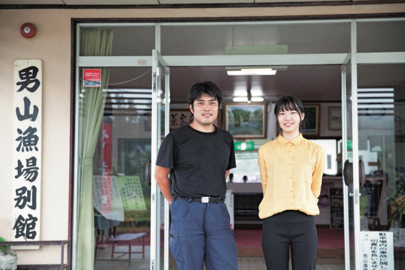 千葉県出身で法政大学休学中のインターン生の園部さん(右)と、『川口やな 男山漁場』の関さん(左)。