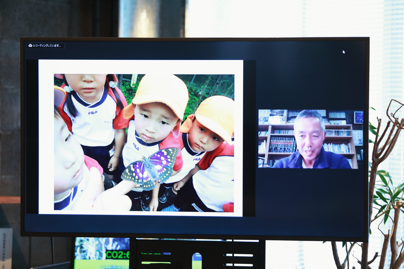 23年前に東京から移住した知久賢治さん(右)が園長を務める『すぎの子幼稚園』。園児たちは国蝶のオオムラサキを飼育し、成長過程を観察する。