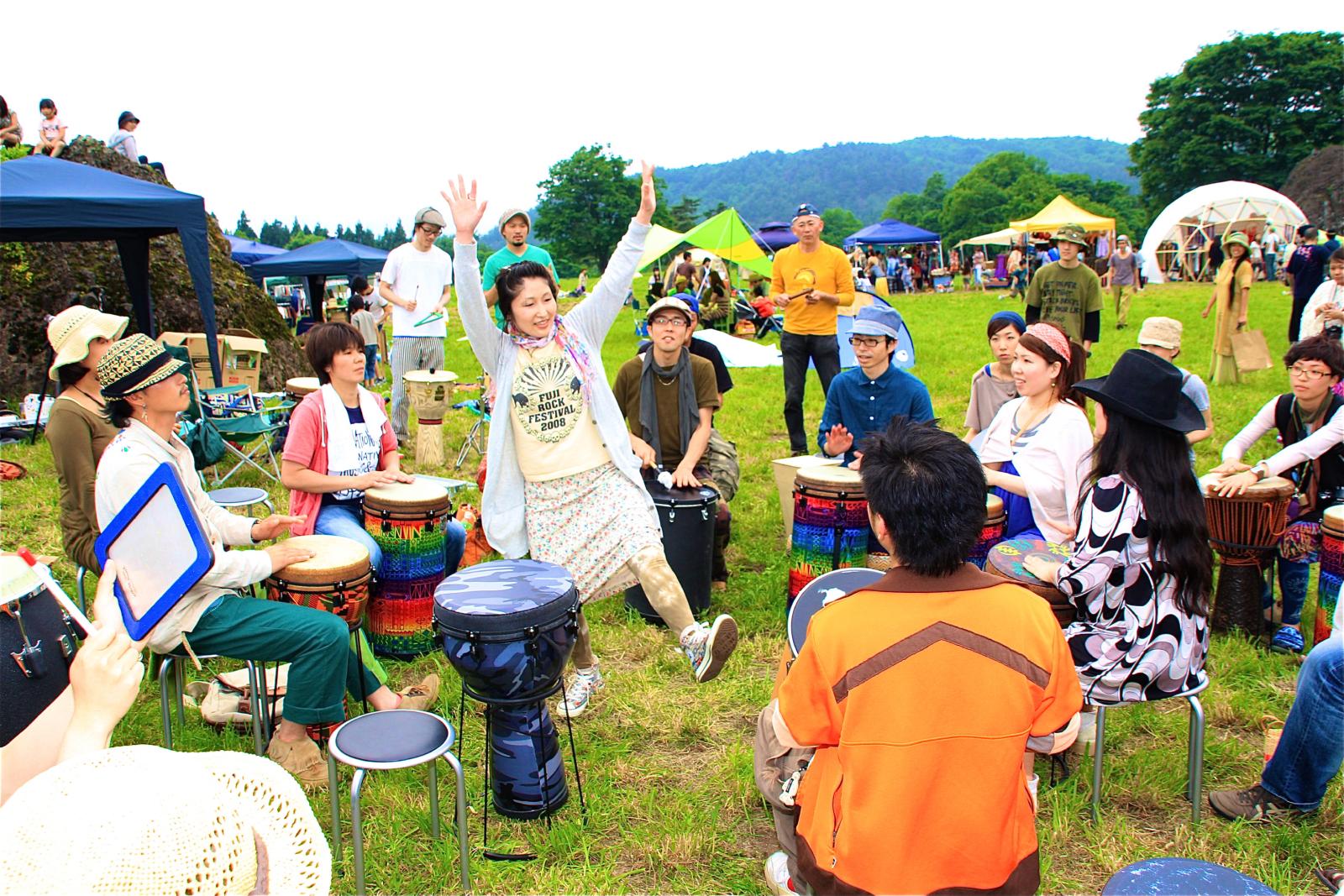 六呂師高原で開催した「心灯」のひとコマ。ジャンベを叩いて盛り上がった。(写真提供:長谷川和俊)
