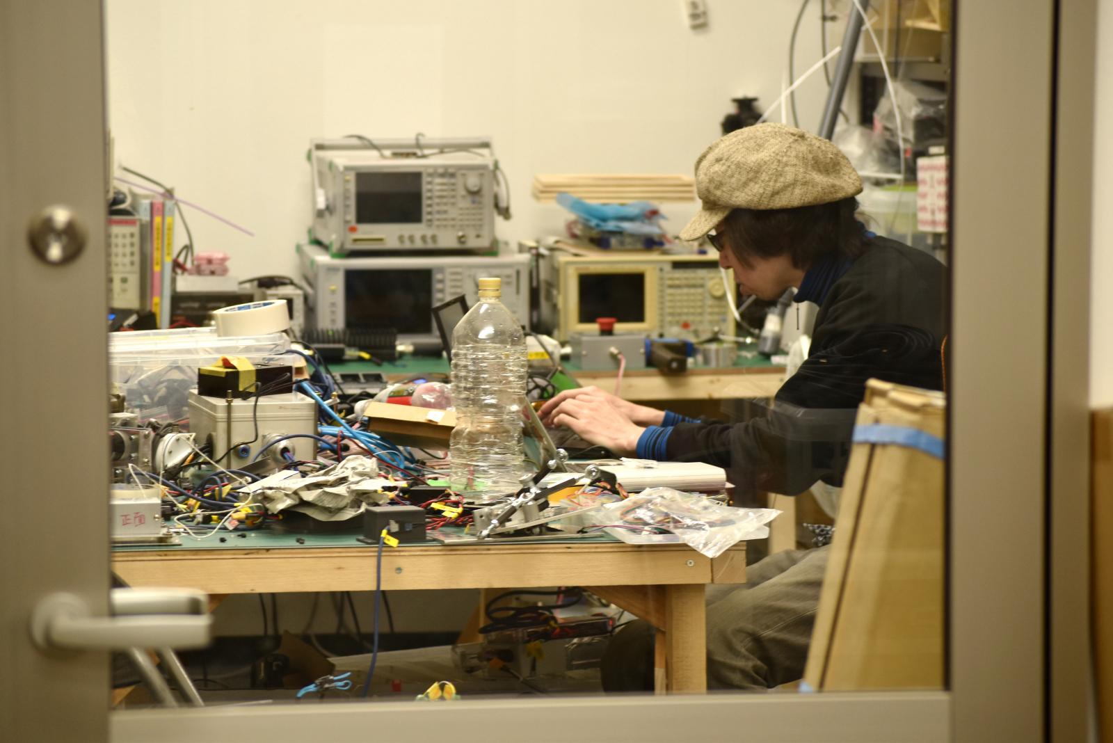 浦安市の工場では、電子機器がつくられている。