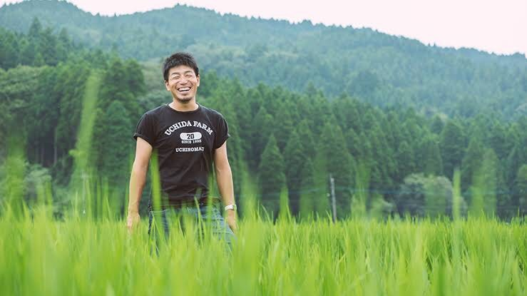 雄大な自然に囲まれた内田農場の畑で作業を行う内田さん