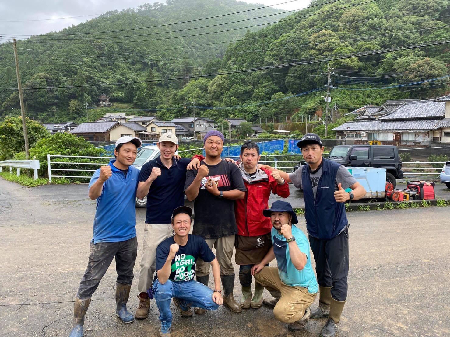 豪雨災害の翌日、県内各地から釜さんの元にメンバーが駆け付けてくれたときの写真