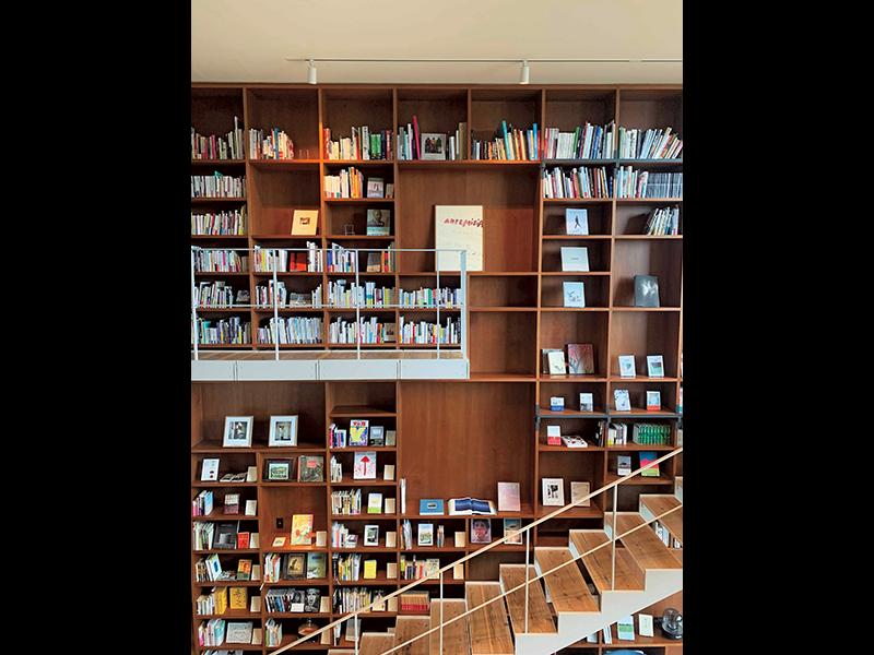 この階段は「インスタ映えスポット」。たくさんの本を背景に、多くのお客様が写真を撮っていました。