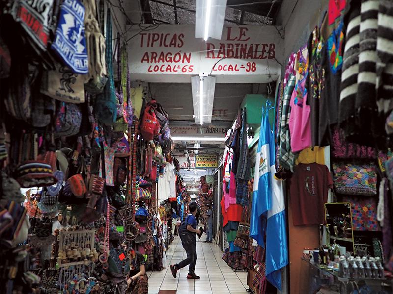 市内のローカルマーケット。布や伝統工芸品の鮮やかな刺繍が目を引く。