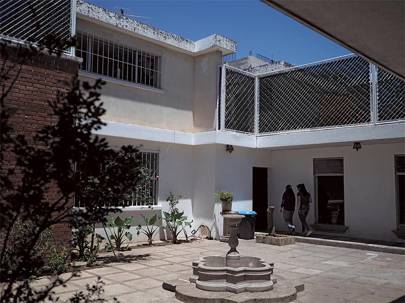施設の中庭。安全上、玄関は基本的に閉ざしているため、中庭から見える空に少し、ほっとした気持ちになる。