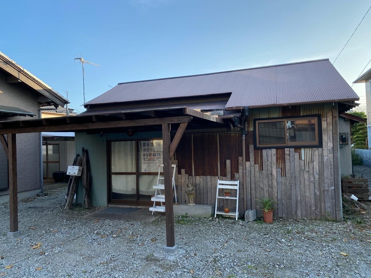tu.ne.Hostelの横の敷地にある元飲食店。立ち食い蕎麦屋の開業に向け、DIY工事が進んでいた