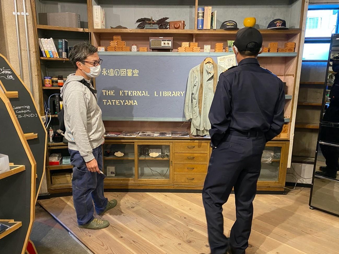 「永遠の図書室」を案内してくれる漆原さんと藤本さん