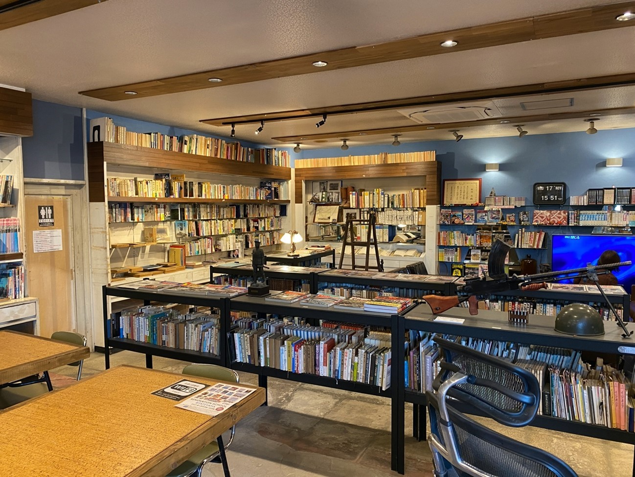 「永遠の図書室」の内部。旧陸軍の九九式軽機関銃(写真右端)レプリカの展示もあり、ミリタリー好きな筆者は大興奮