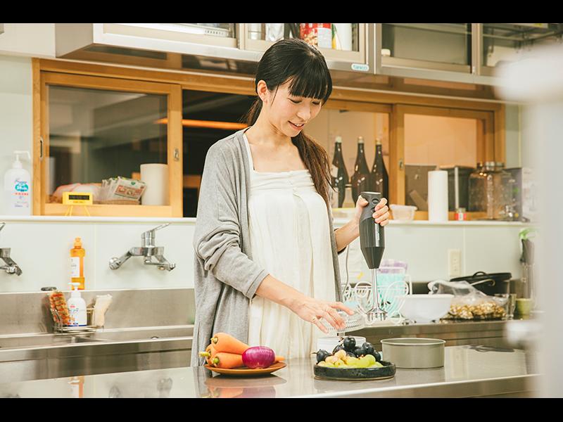 業務用機器が並ぶシェアキッチンも完備。はる奈さんの仕事には欠かせない場所。