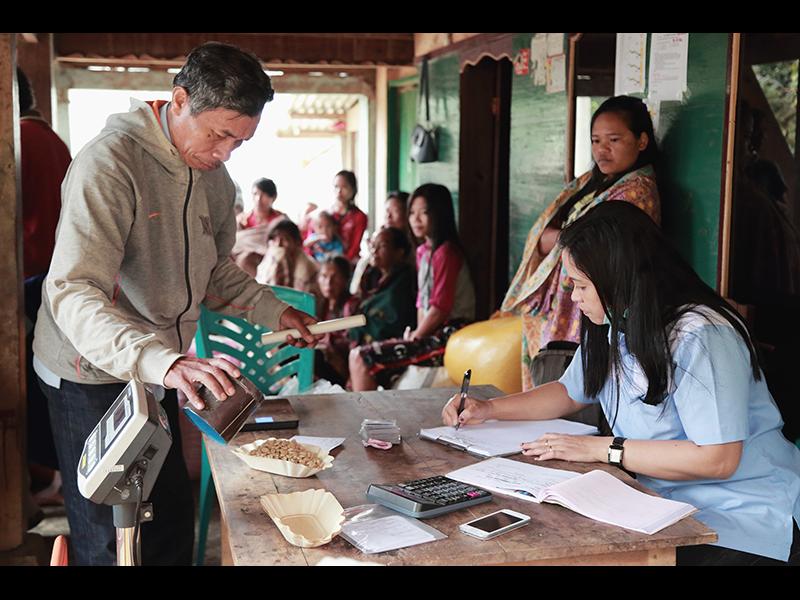 トアルコジャヤ社』の社員によって、色や香り・重さなどの品質審査が行われる。