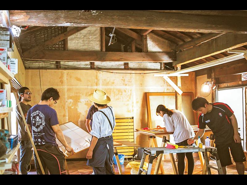 改修作業は、途中からオープンにし、大工の六鹿さんに指導を仰ぎながら、多くの協力者に手伝ってもらった。