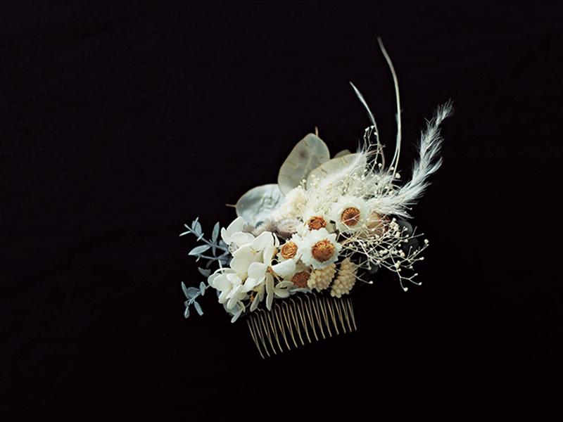 折れにくいプリザーブド・フラワーを使用したヘアコーム(白)は同系色で統一感がある。