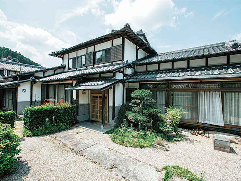 志歩さんたちが住むシェアハウスは、村内の立派な一軒家! 地域の人たちとホームパーティを開くことも多い。