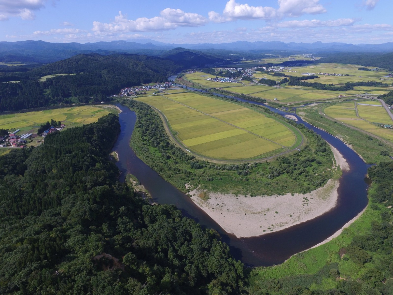 鮭川村のシンボルでもある一級河川「鮭川」の風景