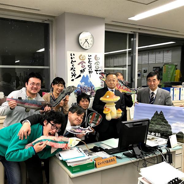 地域おこし協力隊の受け入れをしている鮭川村役場むらづくり推進課のアットホームな仲間たちとの写真