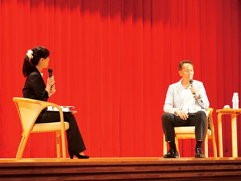 対談形式で行われた柱谷哲二氏の講座。会場には日本代表のユニフォームを着たサッカー少年の姿があり、同氏は檄を送っていた。
