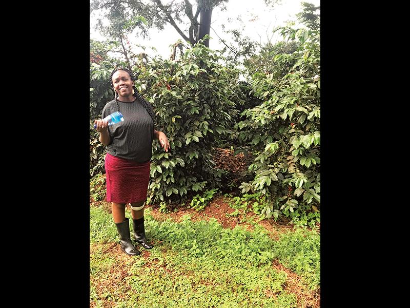 美齊津さんがケニアで視察をしたコーヒー農園で。