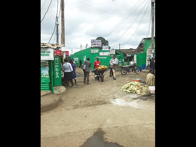 ケニア最大のスラム街であるキベラにも、『エムペサ(M-PESA)』のロゴや看板が至るところに。