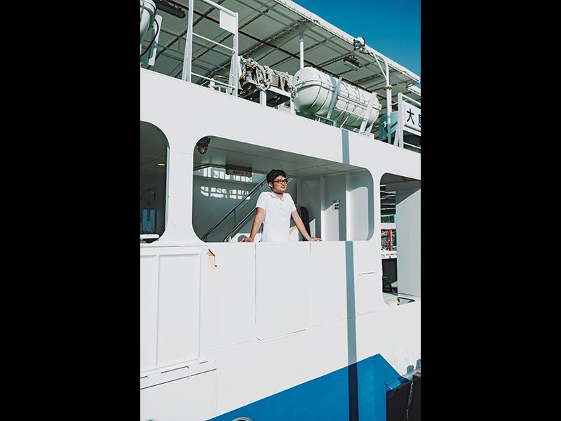 神奏港から大島行のフェリーに乗り込む谷口さん。大島へ行くのはもう20回以上になる。