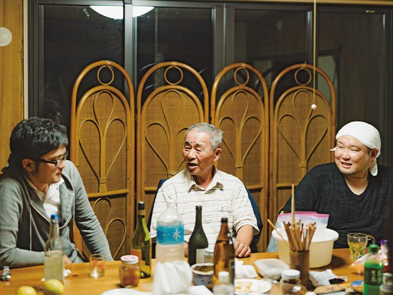 実行委員会終了後、『TOKAIYA』で飲んだ島民の河辺さん(写真中央)は谷口さんを「宗像の風雲児」と笑顔で呼ぶ。