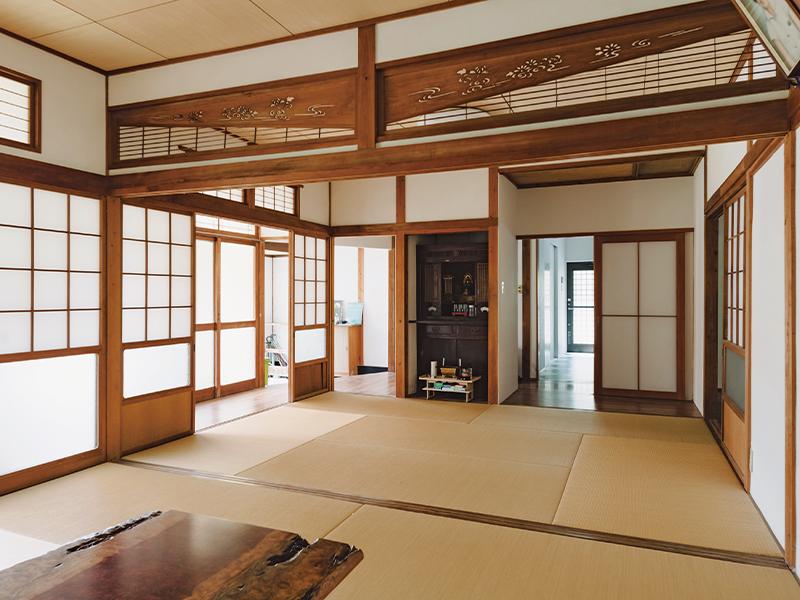 シェアハウス 共用スペースの座敷には仏壇や谷口家代々の遺影も。今もここで法事が営まれる。居室は4室あり、キッチン、風呂、トイレは共用。車があれば生活に不便は感じない。