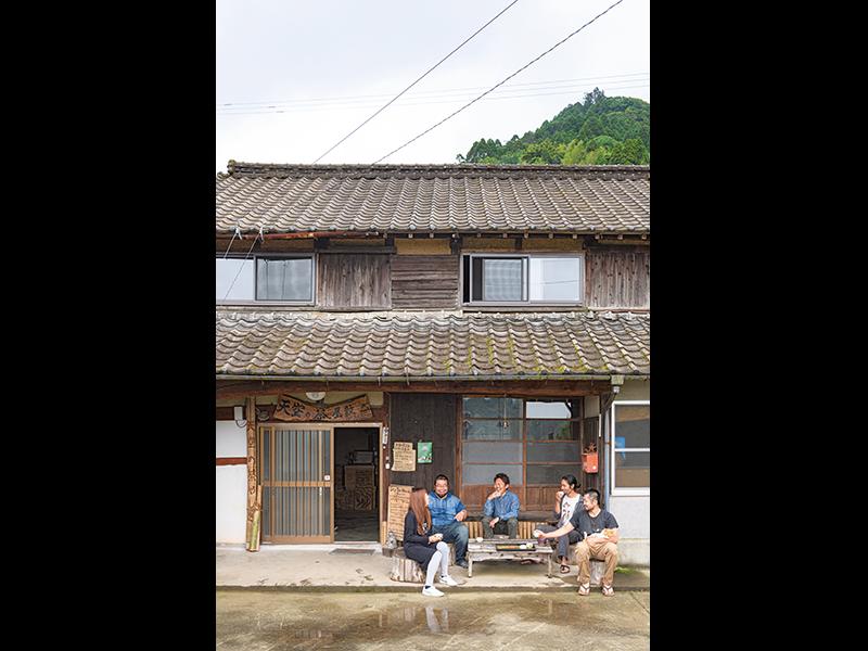 長いこと使われていなかった立派な古民家を利用。仕事が終わったら、全国から集まった仲間と団欒(この日は、奈良県から鳥居さん、群馬県から栗田さんと、新潟県からゆうちゃんの姿が)。