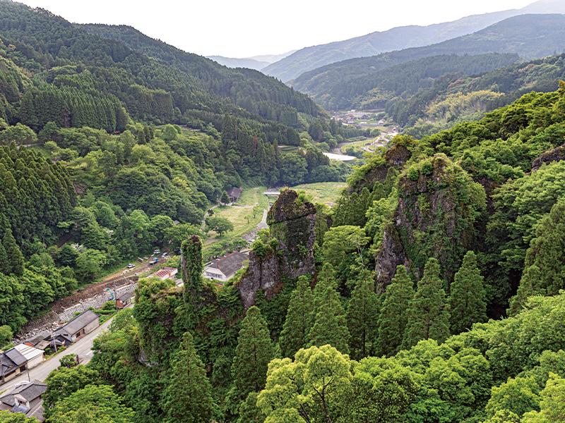 川を挟んだ向かい側には、集落や霊巌寺の奇岩の眺めが広がる。