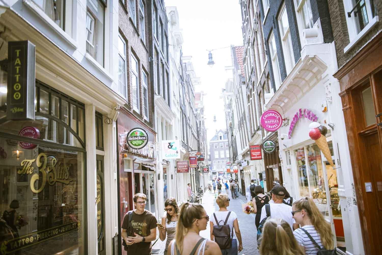 2019年夏ころのアムステルダム中心部。EUはじめ、海外から多くの観光客が訪れていた。