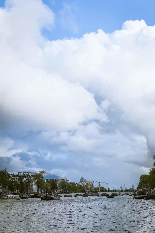 国際的なハブ空港として知られるオランダ・スキポール空港。コロナ後、アムステルダムの空を覆っていた飛行機雲が消えたという。