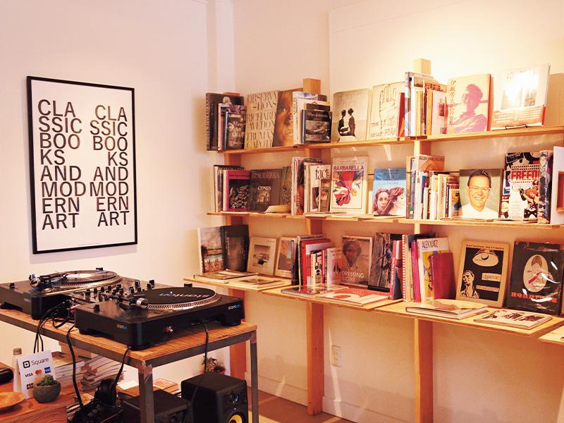 店主自らがアメリカで買い付けてきた世界中のビジュアルブックや写真集、アートブックなども目を引く。