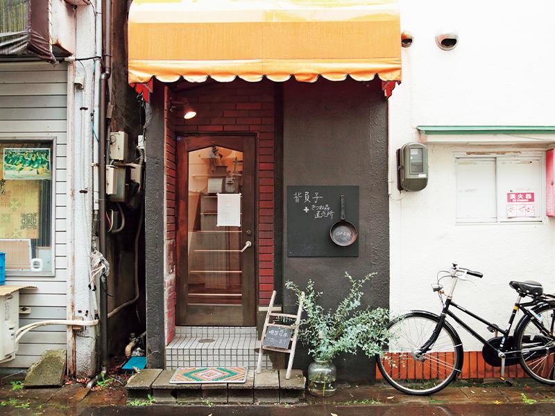 小さな飲食店が集まる一角の2階がお店。