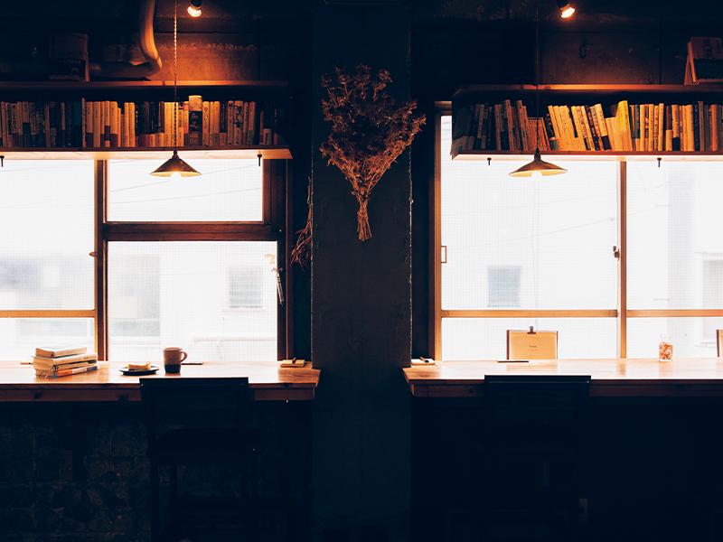 店内に並ぶ本は、国内外の小説とともに、エッセイや写真集、実用書。中学時代から阿久津さんが読んできたもののため、人の家の本棚を見ているおもしろいさがある。店の本を読むのは約3割のお客さん。残りは持参した本を読むという。