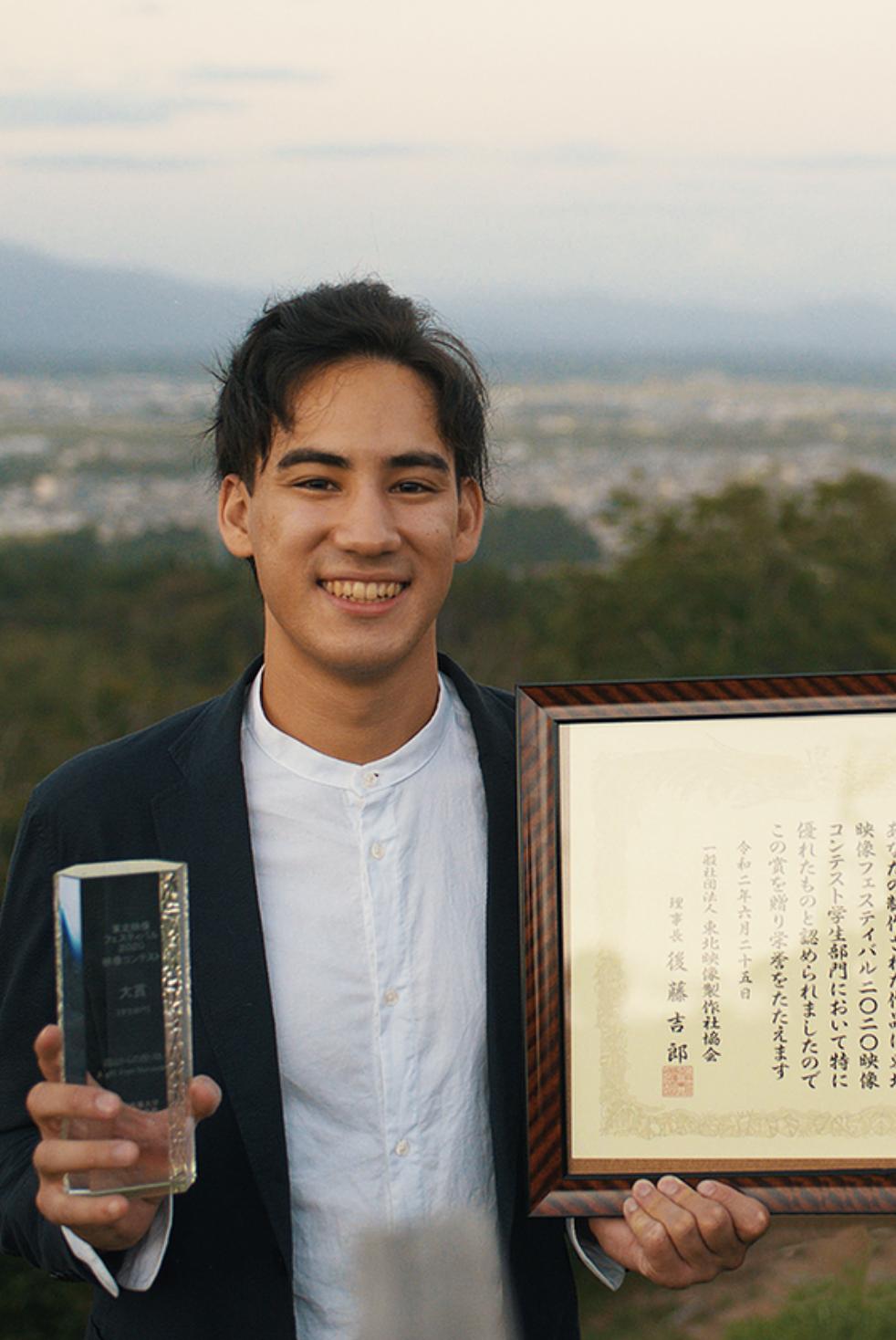 トロフィーを持つ松本さん