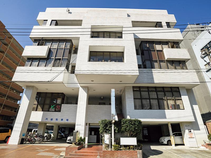 『ラグーナ出版』は、JR鹿児島中央駅から徒歩10分ほどのビルの中にある。精神科・心療内科の病院や自立訓練事業所も併設している。