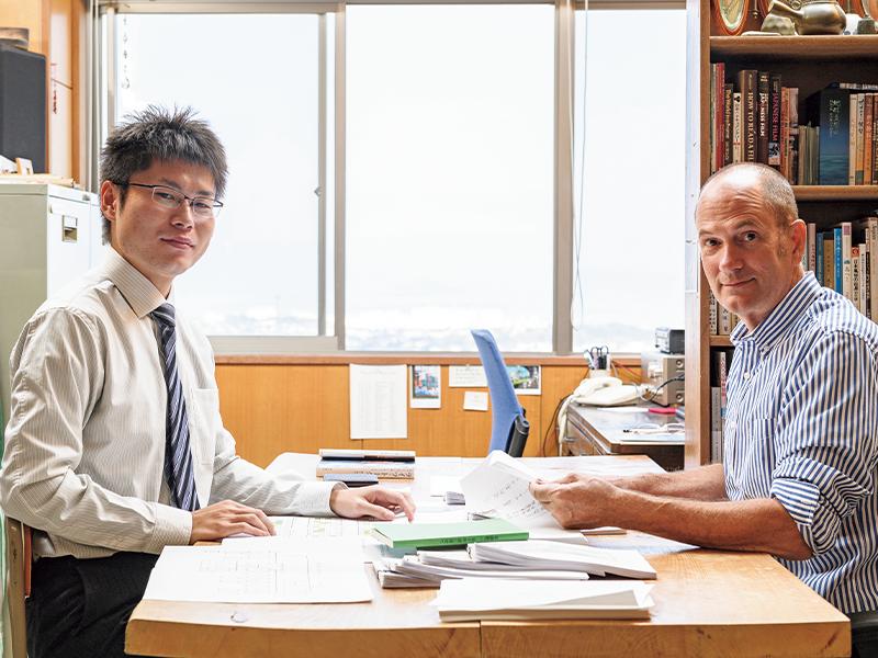 ジェフリーさんと共同で作業した中村優太さん(左)。ジェフリーさんの元・ゼミ生で大学の卒業生だ。