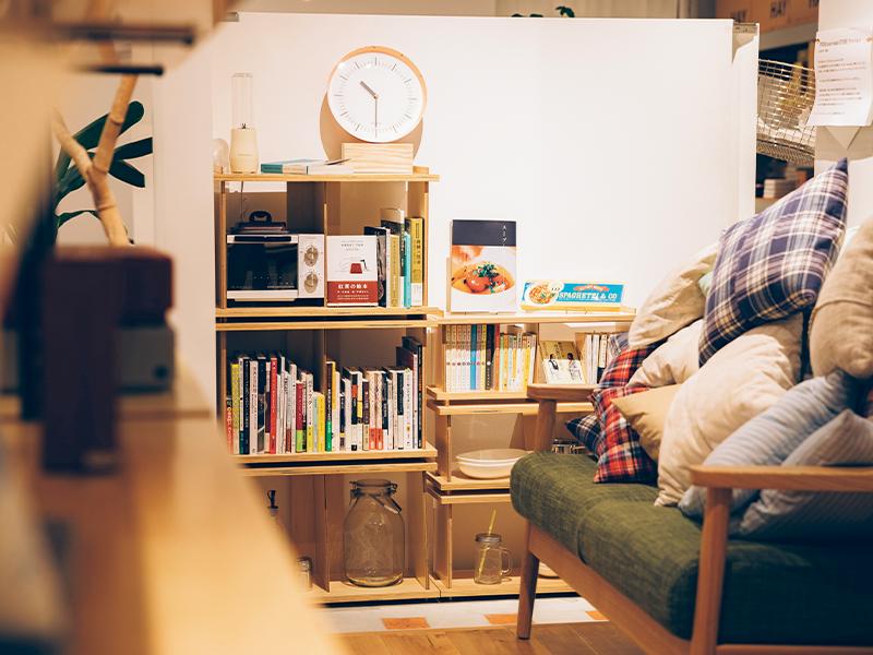 本棚がキッチンやリビングにある様子をイメージしやすいディスプレイ。
