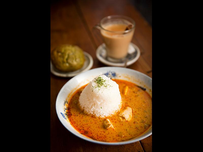 『よるのひるね』は本が読めるカフェ&バー。門田さんは料理も上手だ。タイカレーのレッドと抹茶マフィン、チャイを注文し、おいしく味わった。