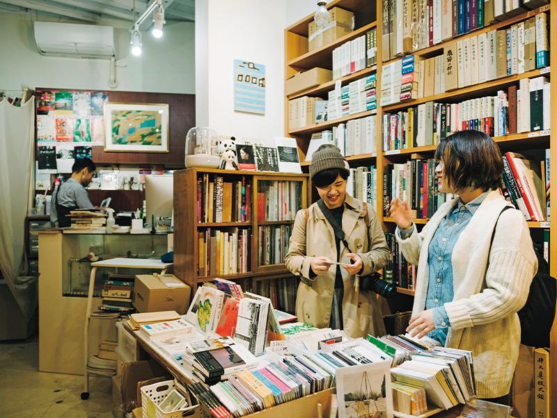 ガイドブックを見て来たという神奈川からのふたりは、店内のラインナップに興味津々。足を運べない人は目録を取り寄せることも可能だ。