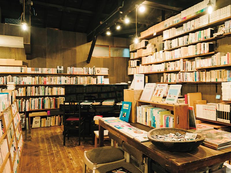 座って本を読むことのできる椅子もあり、ゆったりと過ごす人が多い。古本のほか雑貨やタウン系フリーペーパーも置かれており、金沢の地域カルチャーの肌触りをじかに感じることができる。